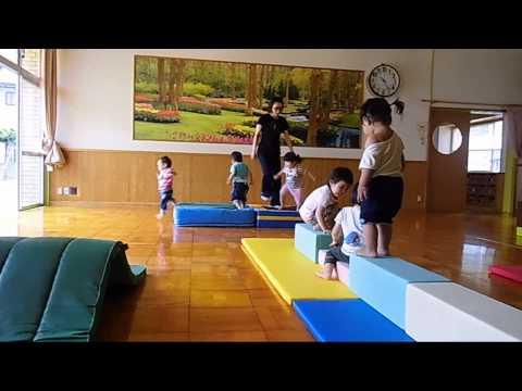 はちまん保育園動画NEWS:うさぎ組(1歳児)マット遊び