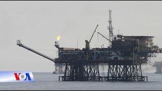 """Tin tức: http://www.facebook.com/VOATiengViet, http://www.youtube.com/VOATiengVietVideo, http://www.voatiengviet.com. Nếu không vào được VOA, xin các bạn hãy vào http://vn3000.com để vượt tường lửa. Việt Nam đề nghị công ty Talisman-Vietnam ngừng thăm dò dầu khí ở vùng tranh chấp trên Biển Đông sau khi nhận những lời đe dọa từ Bắc Kinh, theo một bài viết do BBC đăng tải vào sáng 24/7.Talisman-Vietnam là công ty con trong tập đoàn năng lượng Repsol của Tây Ban Nha. Trước đây trong tháng này, công ty đã bắt đầu khoan thăm dò ở một vị trí cách bờ biển Việt Nam khoảng 400 kilomet. Nhưng BBC dẫn một nguồn giấu tên nói rằng Hà Nội mới đây đã 'ra lệnh' cho công ty rời khỏi khu vực đó.Vẫn theo bài viết của BBC, hồi tuần trước Bắc Kinh đã cảnh báo Hà Nội rằng họ sẽ tấn công các căn cứ của Việt Nam ở quần đảo Trường Sa nếu hoạt động khoan vẫn tiếp tục.Đến hết buổi chiều ngày 24/7, giờ Việt Nam, không có thông tin chính thức nào từ Bộ Ngoại giao Việt Nam cũng như trên báo chí chính thống trong nước xác nhận hay phủ nhận tin tức kể trên của BBC.VOA cố gắng liên lạc với một đại diện của Tập đoàn Dầu khí Việt Nam để tìm hiểu, nhưng vị này không trả lời, kể cả với điều kiện không nêu tên.Nơi công ty con của Repsol hoạt động được cho là Lô 136-03, theo cách đặt tên của Việt Nam. Trung Quốc gọi đó là Vạn An Bắc 21 (Wan-an Bei 21). Có tin Trung Quốc đã cho một công ty nước ngoài thuê chính lô này, nhưng không rõ đó là công ty nào.Một nhà phân tích đề nghị không nêu tên ước tính rằng Repsol đã chi khoảng 300 triệu đôla cho dự án của họ ở lô này.Thông tin về việc Việt Nam đề nghị Repsol ngừng khoan đã được một số người có tầm ảnh hưởng lớn chia sẻ trên mạng xã hội, thu hút hàng nghìn lời bình luận. Chiếm đa số là những người bày tỏ ý kiến rằng đây là """"một bước lùi"""" hay """"một thất bại của Việt Nam"""".Luật sư Hoàng Việt, một nhà nghiên cứu Biển Đông ở thành phố Hồ Chí Minh, cũng chung suy nghĩ với luồng ý kiến đó. Nhưng ông cho rằng do thông tin còn chưa đầy đủ, nên chưa thể nói đây là một """