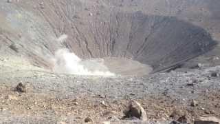 El cráter humeante