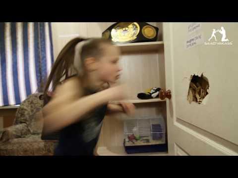 9歲小女生「用30秒就打出221拳」輕鬆把門打破,學習好就能打爛墻的超狂教育方法「太戰鬥民族了」!