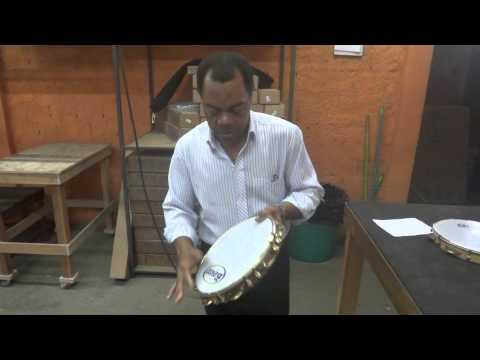 Brasilialainen tamburiinimestari näyttää hieman mallia soittamisesta