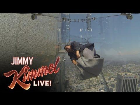 這個「全透明玻璃滑梯」建在美國洛杉磯70樓高空,一滑下去連靈魂都會被嚇到離身!