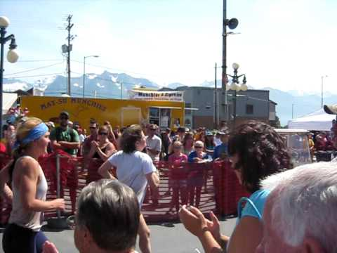 Holly Brooks 2009 Mount Marathon Race Finish (видео)