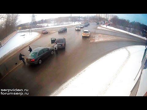 Петушиные бои на дороге в Серпухове