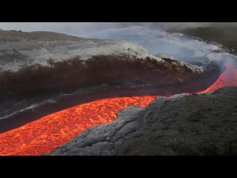 La lava ardiente fluye por el Etna, el volcán más activo de Europa. (видео)