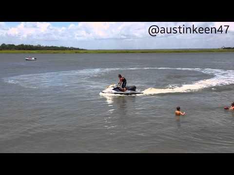 Vas con tu moto acuática cuando de repente...