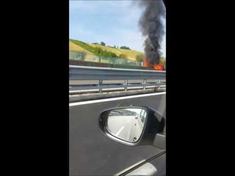 Furgone in fiamme sulla Teramo-Mare VIDEO