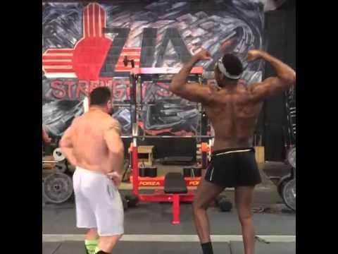 Jon Jones показва мускули пред камерата
