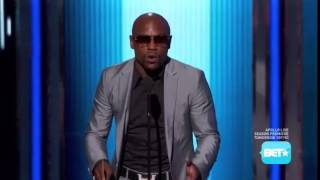 Floyd mayweather struggling to read a teleprompter