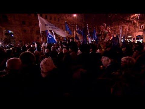 Ungarn: Tausende demonstrieren und wollen Statue des Vo ...