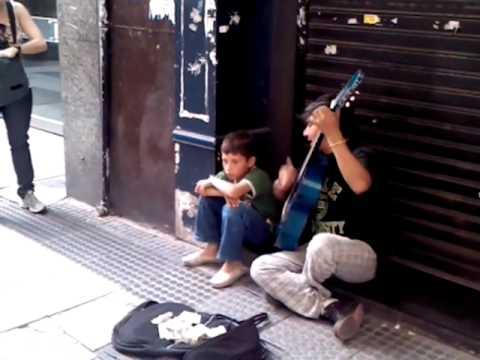 Increíble voz de niño cantando en peatonal Florida, Buenos Aires