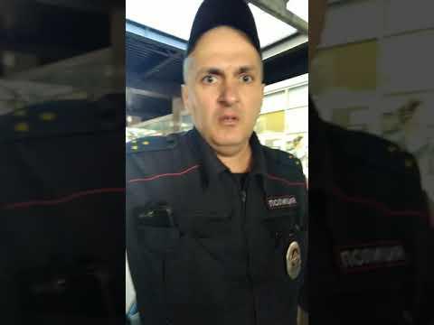 Общение полицейских с охранником Азизом