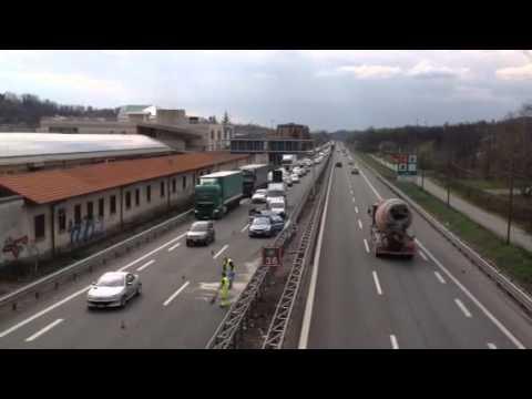 Incidente in autostrada, auto finisce contro un guardrail