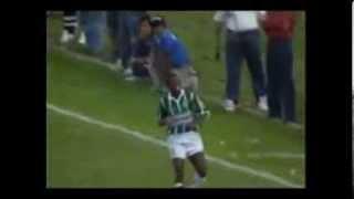 O surpreendente Vitória, que havia passado pelo favorito e até então invicto Corinthians na fase semi-final, recebia o palmeiras em casa no 1º jogo da decisão.