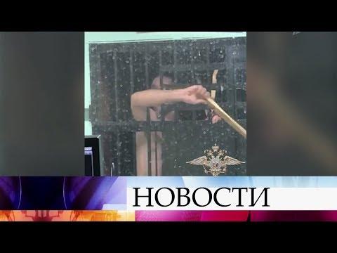 Разгромить отделение полиции попытался авиадебошир, которого сняли с рейса Хабаровск - Красноярск.