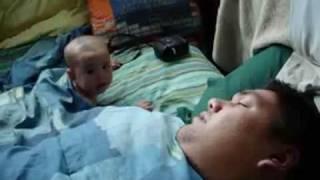Уникално Бебе Се Плаши От Хъркането На Баща Си!