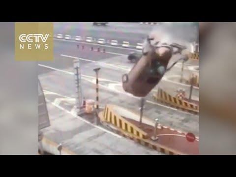 العرب اليوم - بالفيديو: سائق يصطدم بحاجز اسمنتي فيطير بزاوية 360 درجة