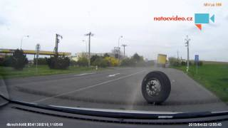 VIDEO DNE: Natočeno, jak náklaďáku upadne kolo v zatáčce!