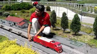 Pemasangan Lokomotif CC 300 di Taman Miniatur Kereta Api