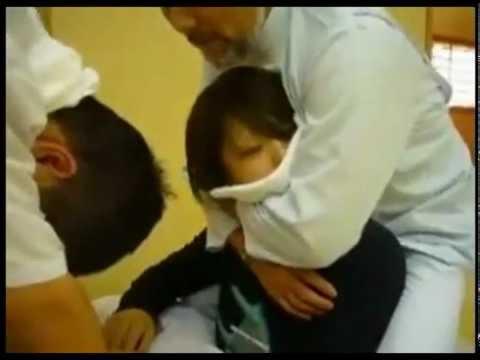 三個男師父對一個女生做出這樣的事情,根本就是要把她操死掉!
