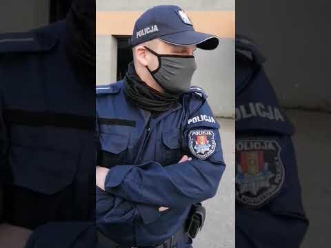 Człuchowska policja na prywatnym terenie spisuje obywatela.