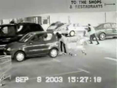 Mujer furiosa sale del estacionamiento