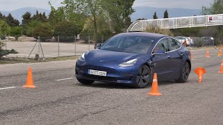 Tesla Model 3 2019 - Maniobra de esquiva (moose test) y eslalon   km77.com