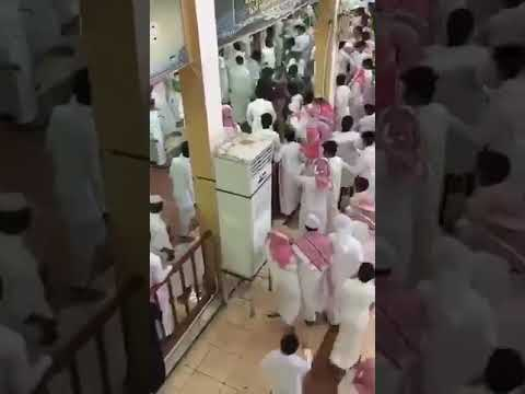 العرب اليوم - شاهد: مشاجرة عنيفة بين طلاب مدرسة في مكة المكرمة