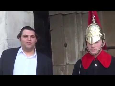 Funny guy makes  Royal Guard Laugh at Buckingham Palace