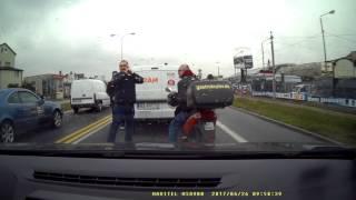 Dwóch kierowców zatrzymuje pijanego jak szpadel Janusza na skuterze