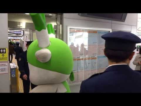ふっかちゃん、カパルのゆるキャラ勢 埼玉県浦和駅の改札を通る …