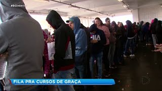 Centenas de pessoas dormem na fila para se inscrever em cursos gratuitos