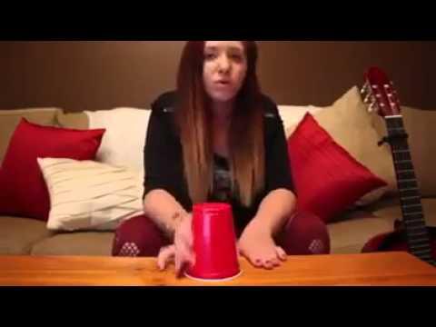 Chava canta con un vaso