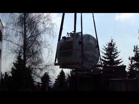 Manipulácia skoro 6 tonového prístroja do nemocnice v Spišskej