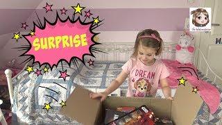 ★★★★ ICH BIN DIE INFOBOX ★★★★Wir packen mit euch die Spielzeug Überraschungsbox von Amazon aus, die wir hier gefunden haben: http://amzn.to/2rRoTk7 **Das Emoji Küken gibt es hier: http://amzn.to/2u4BMZ2 **Unser Einhorn: http://www.ebay.de/itm/Minions-supersus-Pluscheinhorn-55cm-Ich-einfach-unverbesserlich-Einhorn-Puppe-/182446214036?hash=item2a7aa44b94❤️ Wenn euch unsere Videos gefallen, freuen wir uns über einen Daumen nach oben 👍 und ein Abo von euch (kostenlos): https://www.youtube.com/user/Spielzeugtester1 und nicht vergessen das Glöckchen anzuklicken, damit ihr keins unserer Videos verpasst. Hier findet ihr uns:💙 FACEBOOK: https://www.facebook.com/Spielzeugtester/📸 INSTAGRAM: https://www.instagram.com/die.spielzeugtester/👻 SNAPCHAT: MissKuschi😃 MISSKUSCHI: https://www.youtube.com/c/MissKuschi (Mamas Kanal)♥ ♥ ♥ ♥ ♥ ♥ ♥ ♥ ♥ ♥ ♥ ♥ ♥ ♥ ♥ ♥ ♥ ♥ ♥ ♥ ♥ ♥ ♥ ♥ ♥ ♥ ♥ ♥ ♥ ♥ ❤️ Unser Postfach für Briefe:Die SpielzeugtesterPostfach 220125438 TorneschWer eine Autogrammkarte haben möchte, nimmt bitte einen Briefumschlag, schreibt vorne leserlich seine Adresse drauf, klebt eine Briefmarke auf (Briefporto) und steckt diesen Umschlag gefaltet in einen anderen Umschlag - da bitte auch eine Briefmarke aufkleben und unsere Postfach Adresse angeben. Bei Briefen ins Ausland bitte internationalen Antwortschein beilegen.Ab damit zum Briefkasten und ein wenig Geduld haben. :o)♥ ♥ ♥ ♥ ♥ ♥ ♥ ♥ ♥ ♥ ♥ ♥ ♥ ♥ ♥ ♥ ♥ ♥ ♥ ♥ ♥ ♥ ♥ ♥ ♥ ♥ ♥ ♥ ♥ ♥ 🌟 Unsere YT-Ausstattung:Kamera 1: http://amzn.to/2kpCtb5 **Kamera 2: http://amzn.to/2kpiARG **Vlogging-Kamera: http://amzn.to/2kyc3Dx **GoPro Hero5: http://amzn.to/2qgaca7 **Activeon Actioncam: http://amzn.to/2puhNne **Leuchten: http://amzn.to/2kyfOZx **Schneideprogramm: http://amzn.to/2kpmHNn **❤️ Häufige Fragen:Wie alt ist Hannah? - 5Wann hat sie Geburtstag? - 08.08.2011Kommt Hannah 2017 in die Schule? - JaWie heißt die Mama? - SandraWie viele Tiere habt ihr? - 1 Hund, 2 Katzen, 4 VögelWas sind Flummy und Sabi für eine Rasse? - PerserHat Hannah nicht ei