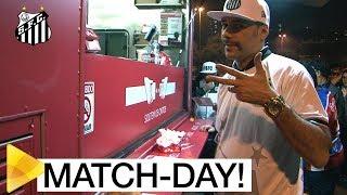 Quem chegou cedo ao Pacaembu pode conferir uma série de atrações especiais! No match-day do Santos FC rolou desde food trucks até estúdio móvel de tatuagem! Se liga só!Inscreva-se na Santos TV e fique por dentro de todas as novidades do Santos e de seus ídolos! http://bit.ly/146NHFUConheça o site oficial do Santos FC: www.santosfc.com.brCurta nossa página no facebook: http://on.fb.me/hmRWEqSiga-nos no Instagram: http://bit.ly/1Gm9RCSSiga-nos no twitter: http://bit.ly/YC1k82Siga-nos no Google+: http://bit.ly/WxnwF8Veja nossas fotos no flickr: http://bit.ly/cnD21USobre a Santos TV: A Santos TV é o canal oficial do Santos Futebol Clube. Esteja com os seus ídolos em todos os momentos. Aqui você pode assistir aos bastidores das partidas, aos gols, transmissões ao vivo, dribles, aprender sobre o funcionamento do clube, assistir a vídeos exclusivos, relembrar momentos históricos da história com Pelé, Pepe, e grandes nomes que só o Santos poderia ter.Inscreva-se agora e não perca mais nenhum vídeo! www.youtube.com/santostvoficial-------------------------------------------------------------** Subscribe now and stay connected to Santos FC and your idols everyday!http://bit.ly/146NHFUVisit Santos FC official website: www.santosfc.com.brLike us on facebook: http://on.fb.me/hmRWEqFollow us on Instagram: http://bit.ly/1Gm9RCSFollow us on twitter: http://bit.ly/YC1k82Follow us on Google+: http://bit.ly/WxnwF8See our photos on flickr: http://bit.ly/cnD21UAbout Santos TV: Santos TV is the official Santos FC channel. Here you can be with your idols all the time. Watch behind the scenes, goals, live broadcasts, hability skills, learn how the club works, exclusive videos, remember historical moments with Pelé, Pepe and all of the awesome players that just Santos FC could have. Subscribe now and never miss a video again! www.youtube.com/santostvoficial