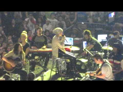 Miley Cyrus – Landslide Fleetwood Mac COVER Crying Boston 4/2/14