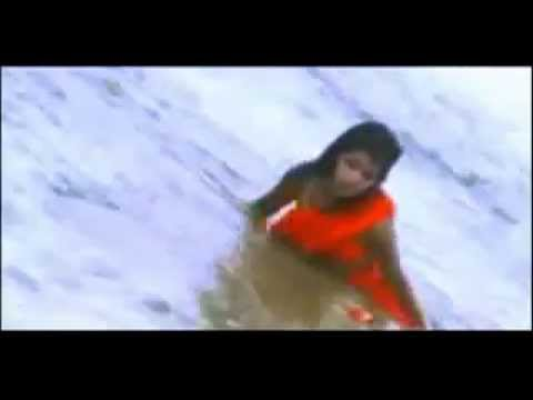 aunty bath wet saree in sea beach