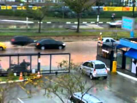 Enchente em Barueri - Alameda Araguaia vira Rio Araguaia - Primeira Chuva Forte do Verão 2010-2011