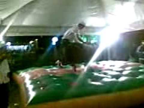 ivan montando no toro mecanico em cafelandia