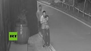 En la ciudad de Xishui (China), un empleado de seguridad logró acercarse sigilosamente por detrás y reducir a un secuestrador...