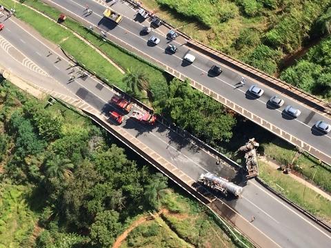 Motorista morre após carreta capotar na BR-262 em Juatuba, MG