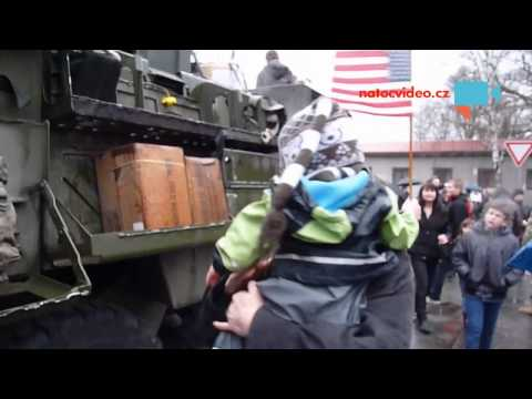 Jizda dragounů -Pardubice - malý klučina s vlajkou sedí v polici pro zásoby na obrněném transportéru, tatínek si ho fotí.