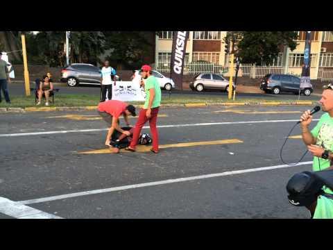 Boleča nesreča dveh tekmovalcev na longboard dirki
