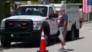 จอดรถขวางหน้าบ้าน ชายฟลอริด้าจัดการจนรถพรุน HIALEAH, FLORIDA — ชายชาวฟลอริดาวัย 64 ปีซึ่งไม่พอใจพนักงาน AT & T ที่จอดรถบรรทุกใกล้ทางออกบ้านของเขา ตัดสินใจย้ายรถต้นเหตุด้วยการยิงไล่ เมื่อวันพุธเจ้าหน้าที่ของเอทีแอนด์ทีสองรายที่กำลังทำงานใกล้กับที่พักของ ฮอร์เฮ่ โจฟ อดีตพนักงานดับเพลิงของเมืองไฮอาลีอาห์ ฟลอริดา เมื่อฮอร์เฮ่ออกมาบอกให้พนักงานย้ายรถ พวกเขาอบกว่าจะย้ายตอนเสร็จงาน แต่คำตอบนั้นมันไม่ดีพอสำหรับเจ้าของบ้านเลือดร้อน ฮอร์เฮ่ได้เดินกลับเข้าไปในบ้าน และออกมาอีกครั้งพร้อมปืนในมือ เขายิงไปที่ยางรถ ต่อด้วยตัวถัง โชคดีที่ไม่มีใครได้รับบาดเจ็บพนักงานได้รีบโทรแจ้ง 911 ขณะที่ฮอร์เฮ่ยังคงกระหน่ำยิงรถบรรทุกต่อไปเรื่อยๆ พนักงานรายหนึ่งได้เริ่มปฏิบัติงานในที่สูงแล้วเมื่อเรื่องดังกล่าวเกิดขึ้น เจ้าหน้าที่เผยว่าพบปลอกกระสุน 18 นัด ทั้งนี้ตามปกติฮอร์เฮ่ดูจะเป็นคนเงียบ ๆ และคงมีอะไรที่รบกวนจิตใจของเขาในวันเกิดเหตุ เขาถูกจับในข้อหาทำร้ายร่างกายด้วยอาวุธร้ายแรง-------------------------------------------------------------TomoNews (โทโมนิวส์) เป็นแหล่งข้อมูลข่าวสารที่ดีที่สุดของคุณ ข่าวของเรามีเนื้อหาที่สนุกที่สุด, แปลกที่สุด และครอบคลุมกระแสข่าวที่ได้รับความนิยม รวมทั้งได้รับการกล่าวถึงมากที่สุดบนอินเตอร์เน็ต เราจะเป็นกระบอกเสียงแบบไม่เซ็นเซอร์ หากคุณหัวเราะ เราจะหัวเราะไปกับคุณ หากคุณโกรธเกรี้ยว เราก็จะโมโหโกรธาไปกับคุณด้วย เรานำเสนอข่าวตามความเป็นจริง และเนื่องจากเราผลิตข่าวแบบอนิเมชั่น TomoNews จึงเป็นแหล่งข่าวในแบบที่คุณไม่เคยสัมผัสมาก่อนหรือติดตามชมเราที่:Facebook https://www.facebook.com/tomonewsthTwitter @TomoNewsTH https://twitter.com/TomonewsTHGoogle+ https://plus.google.com/+TomoNewsTH/