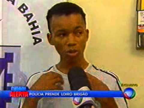 Jovem flagrado agredindo folião é preso dentro de casa em Itinga