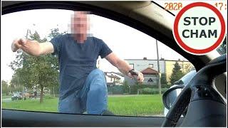 Agresor wymusza pierwszeństwo, uderza w drzwi i kopie w aut