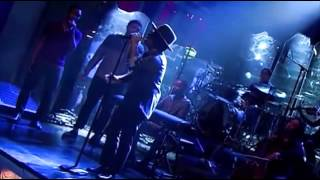 Bruno Mars - Young Girls (On SNL) (Live) lyrics (German translation). | I spend all my money on a big ol' fancy car
