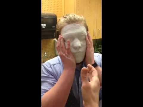 一步錯步步錯! 美術課男學生玩壞石膏,結果就黏在臉上了!!!