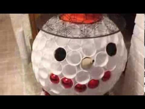 Réaliser un bonhomme de neige avec des verres en plastique